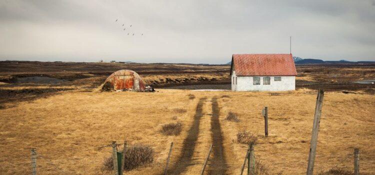 Rustykalne drzwi wejściowe – jak przebiega montaż tej ciekawej ozdoby domu?
