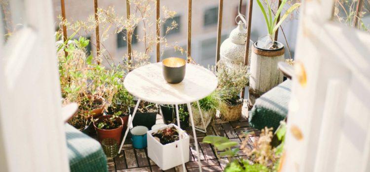 Ogród w mieszkaniu? Zorganizuj zielony kącik na balkonie dzięki zabudowie!