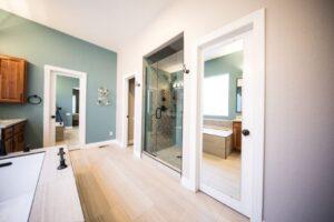 Dlaczego wykonywać sufit podwieszany w łazience?